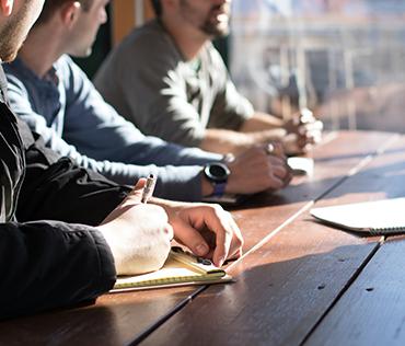 Geschäftsleute am Tisch bei einem Meeting