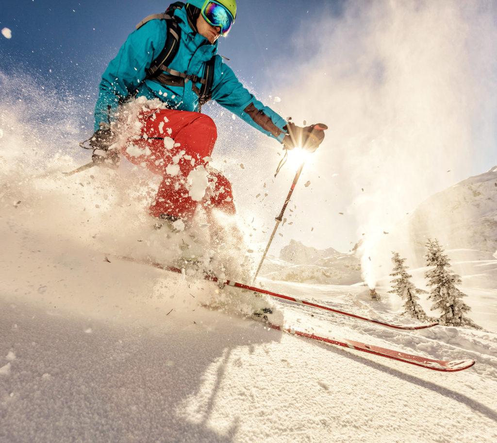 Skifahrer bei der Abfahrt im Schnee