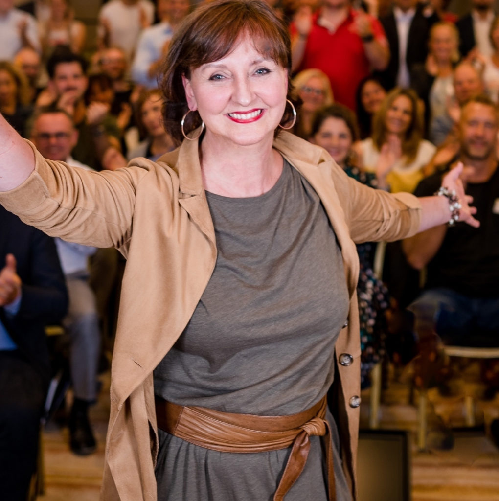 Lucia Gräfe dynamisch beim Vortrag vor Publikum