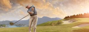 Golfer holt konzentriert mit dem Schläge aus